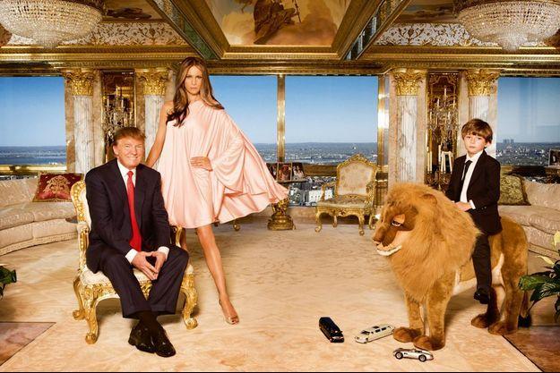 14 avril 2010. Au dernier étage de la tour Trump. Donald, sa dernière femme, Melania, et le petit Barron monté sur son lion pour une élégante photo de famille.