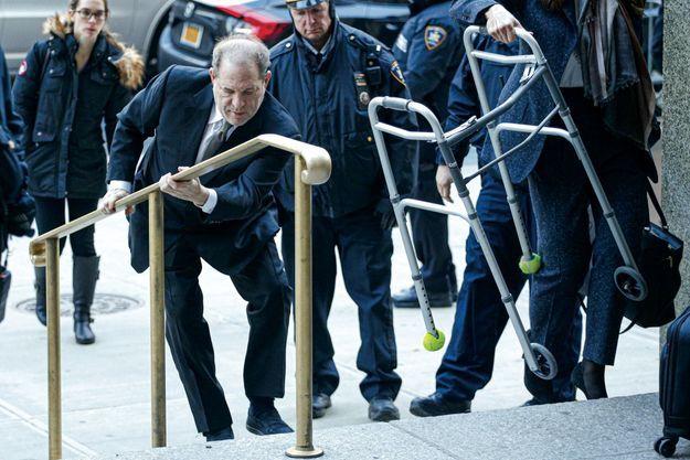 Les journalistes ont fait la queue dès 5 heures du matin pour le voir à terre.