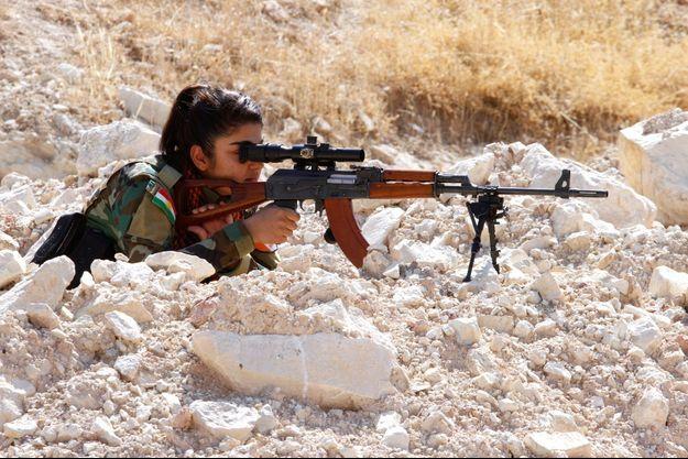 Une combattante kurde à la frontière syrienne.