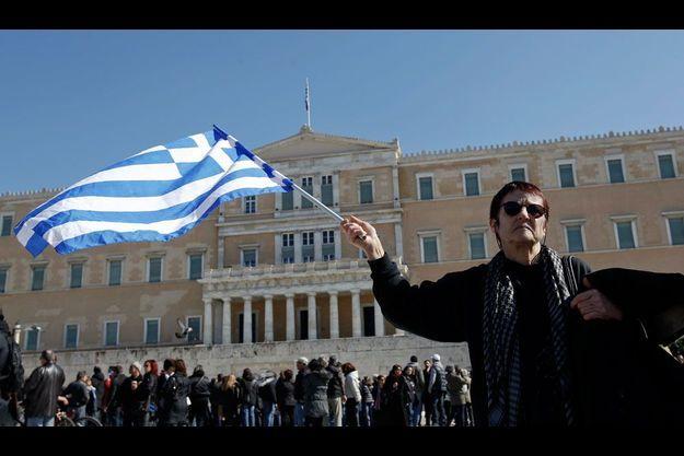 Février 2012, les Grecs manifestent devant leur parlement contre la politique d'austérité du gouvernement.