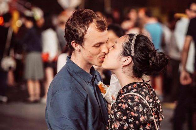 Le photographe Arken Avan a retrouvé le cliché du couple s'embrassant dans la rue.