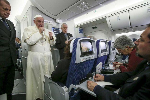 Le pape François dans l'avion qui l'a reconduit à Rome.