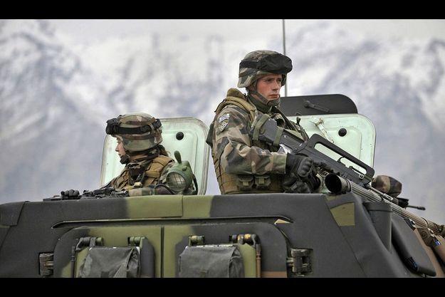Des soldats français déployés en vallée de Kapisa lors d'une visite de l'ancien Premier ministre François Fillon à Tagab en février 2010