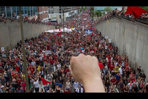 Le 23 mai, un poing dressé salue le 100e jour du mouvement étudiant au Québec.