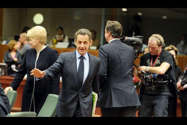 9 décembre, 9 h 58 à Bruxelles. L'action qui sauve la face : Sarkozy évite Cameron. A gauche, la présidente lituanienne, Dalia Grybauskaité.
