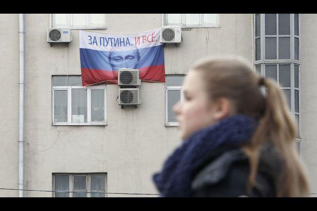 A Moscou, un drapeau à l'effigie de Vladimir Poutine.