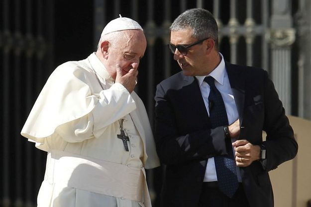 Le pape François le 23 octobre avec Gianluca Gauzzi Broccoletti, le commandant de la gendarmerie vaticane.