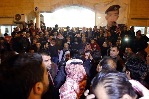 Des manifestants protestent contre l'État islamique en face du siège du clan du pilote jordanien brûlé vif par Daech, à Amman.