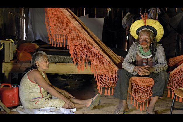 Samedi 24 novembre, avec Maboïka, dans leur hutte du village Metuktire (Etat du Mato Grosso). Raoni porte une coiffe symbolisant le soleil, un labret dans la lèvre inférieure et plusieurs colliers.