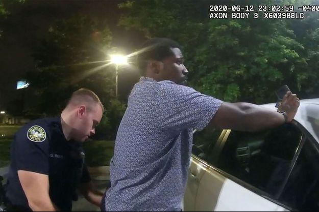 Les images de l'arrestation de Rayshard Brooks à Atlanta, avant que la situation ne dégénère et qu'il finisse par se faire tuer.