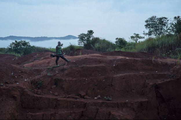 Un machiniste cherche de l'or grâce à un détecteur de métaux dans la mine de Lunga, près de Kamoko, province de Tanganyika.