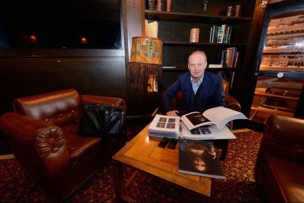 """A l'hôtel La Réserve à Genève, près du port franc, l'homme d'affaires Yves Bouvier présente le dossier du """"Salvator Mundi"""", qu'il a conservé depuis l'achat."""