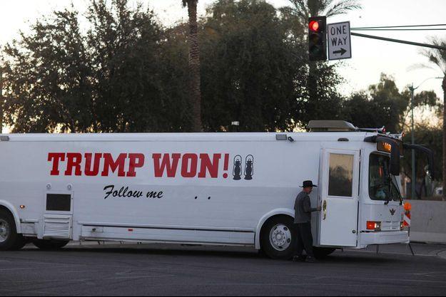 Un bus clamant à tort la victoire de Donald Trump circulant à Phoenix, dans l'Arizona, en janvier 2021.