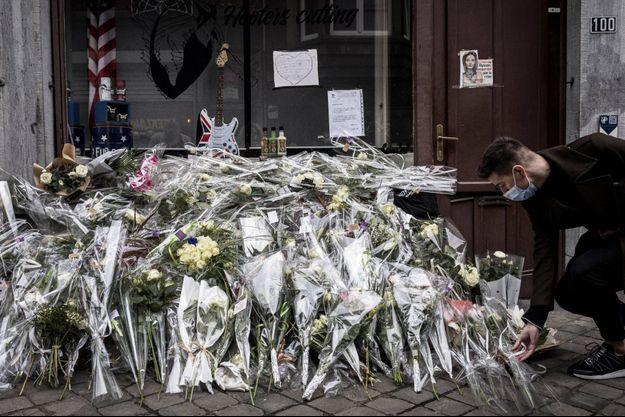 Des fleurs déposées devant le salon de coiffure d'Alysson Jadin, à Liège.