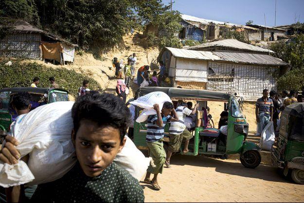 Dans le camp de Kutupalong, les réfugiés enregistrés reçoivent des rations de nourriture du Programme alimentaire mondial.