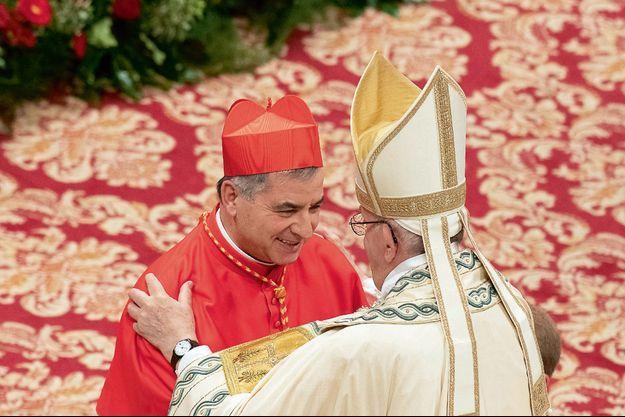 Le 28 juin 2018, l'évêque Angelo Becciu était fait cardinal pendant un consistoire par le pape François. Il est déchu en septembre 2020, son procès s'est ouvert mardi.