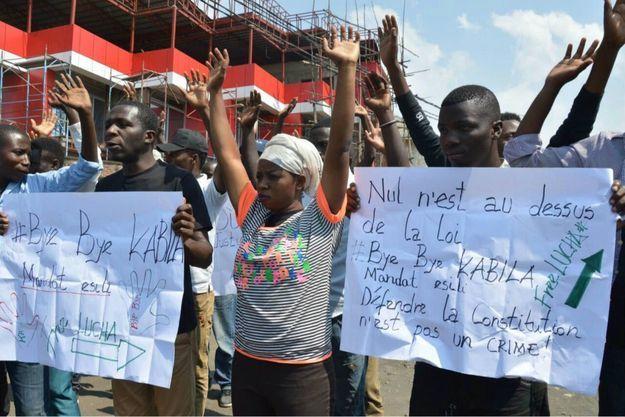 """""""Défendre la constitution n'est pas un crime"""", peut-on lire sur la banderole de ce manifestant le 21 décembre 2016 à Goma en République démocratique du Congo"""