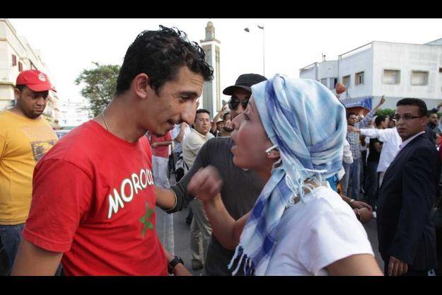 Un détracteur de la réforme discute avec une de ses défenseurs à Casablanca.