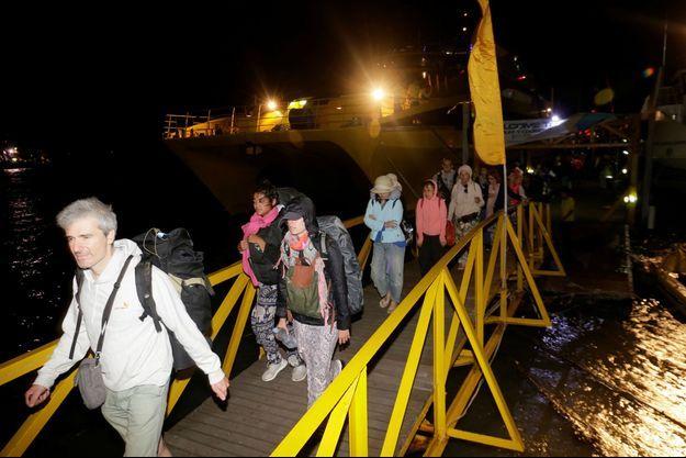 Des touristes évacués de l'île de Gili après le tremblement de terre en Indonésie.