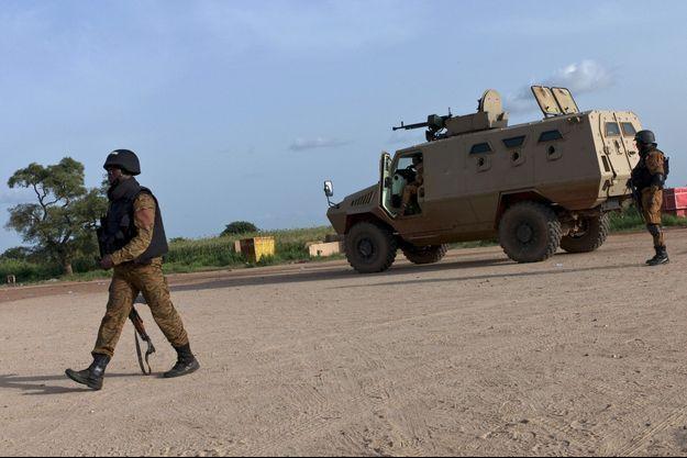 Un soldat montant la garde près du Camp Naba Koom.