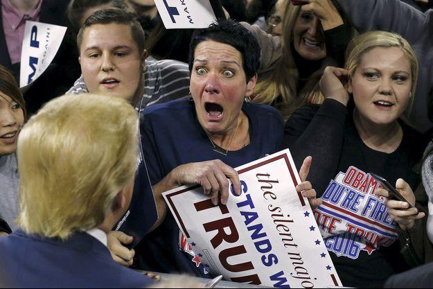 Le 4 janvier 2016, dans le Massachusetts. Sur les pancartes des fans, face à la célèbre crinière blonde : « La majorité silencieuse soutient Trump » et « Obama, vous êtes viré », le slogan de son émission de télé-réalité.