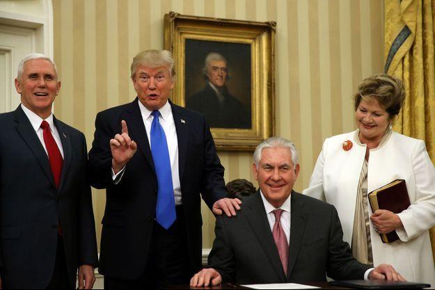 Le vice-président Mike Pence, le président Donald Trump, Rex Tillerson et son épouse Renda St Clair dans le Bureau ovale, le 1er février 2017.
