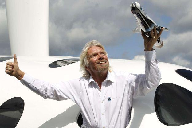 Objectif Lune pour Richard Branson, tenant une maquette de Virgin Galactic.