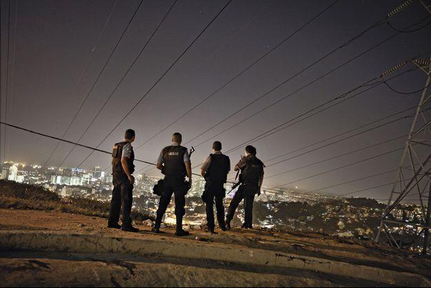 La police nouvelle surveille les quartiers depuis une décharge.