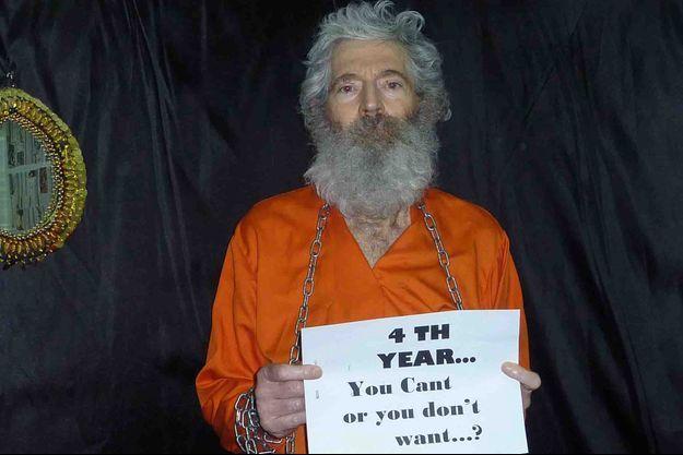 """""""Vous ne pouvez pas ou vous ne voulez pas?"""", demande cette affiche tenue par Robert Levinson sur une photo envoyée en 2011."""
