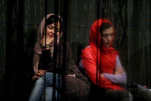 Deux actrices jouent au théâtre Bahman à Téhéran.