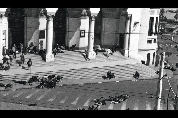 Rue d'Isly, 26 mars 1962, 14 h 50 : devant la poste, les Algérois se jettent à terre pour échapper aux tirs.