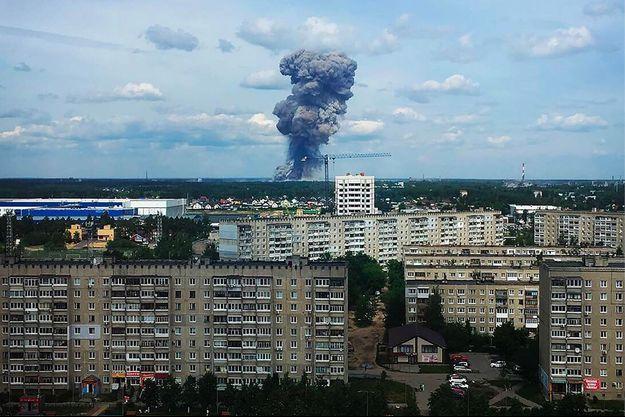 Un nuage de fumée s'échappe de l'usine Kristall à Dzerzhinsk (Russie).