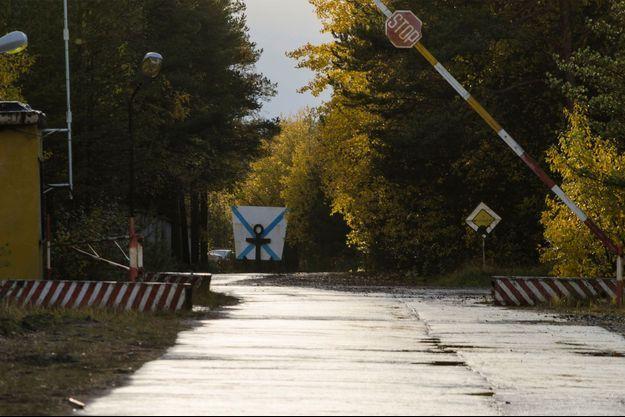 Un checkpoint à l'entrée d'une base militaire russe.