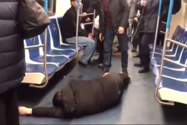 L'homme allongé dans une rame de métro de Moscou.