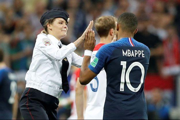 Kylian Mbappé face à une Pussy Riot.