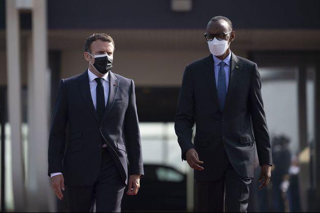Emmanuel Macron et Paul Kagame à l'aéroport de Kigali, vendredi.