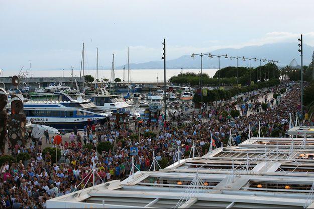 Les Espagnols ont manifesté vendredi après les attentats de Catalogne.