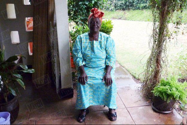 « Sur le départ pour l'investiture. Le 16 janvier 2008, Sarah a déjà parcouru les quelque 300 kilomètres entre son village et Nairobi. Elle attend l'heure du départ, dans la maison d'Auma, la demi-sœur de Barack Obama. » - Paris Match n° 3114, daté du 22 janvier 2009
