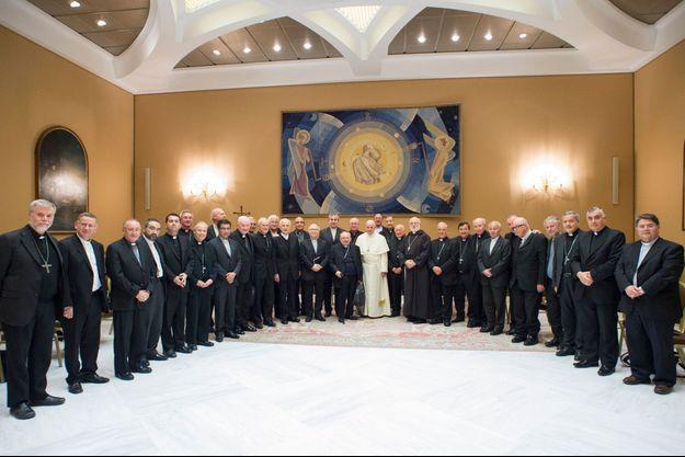 Le pape François et les évêques chiliens, le 17 mai.