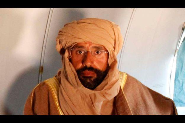 Saif al-Islam Gaddafi, capturé, dans un avion à Zintan.