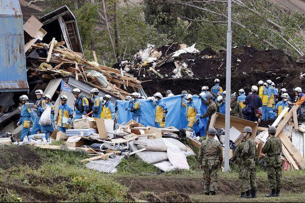 Les secours emportent le corps d'une personne disparue après le séisme et retrouvée samedi 8 septembre, à Atsuma, sur l'île d'Hokkaido, au Japon.