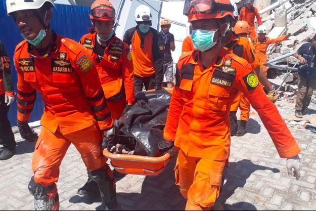 Au moins 832 personnes ont été tuées sur l'île des Célèbes, en Indonésie, frappée par un puissant séisme puis un tsunami.