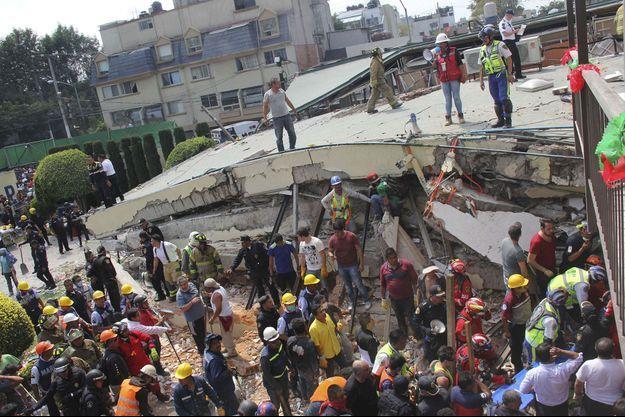 Les secours recherchent des survivants dans les décombres de l'école Enrique Rebsamen, au Mexique.