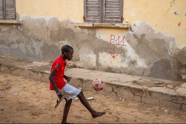 Un enfant qui joue au football à Saint Louis au Sénégal. (image d'illustration)
