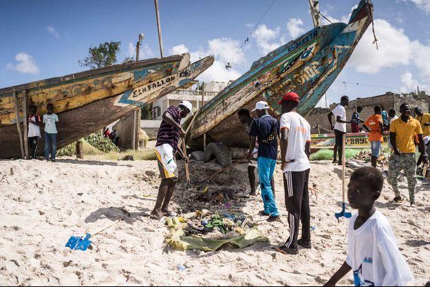 Des pêcheurs à Thiaroye, au Sénégal.