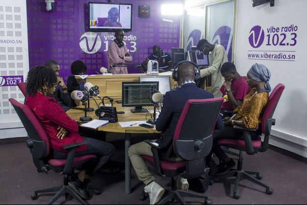 """Des jeunes invités autour de l'animateur Mandiaye Pety Badji dans l'émission """"Paroles aux jeunes"""", sur Vibe Radio, à Dakar."""