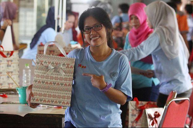 Mary Jane Veloso confectionne des sacs à la prison de Wirogunan à Yogyakarta (photo prise le 12 avril 2016).