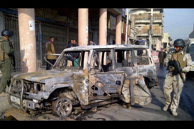 Une voiture explosée, à Bagdad, en Irak.