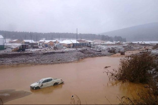 L'inondation provoquée par la rupture du barrage.
