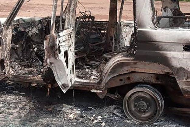 Le 4x4 des Français a été retrouvé incendié.